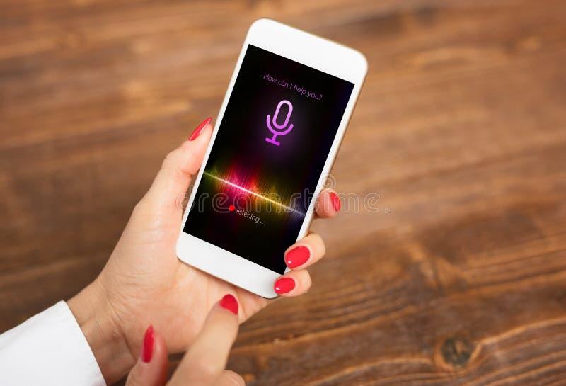Concepto auxiliar de la voz en el teléfono móvil foto de archivo libre de regalías