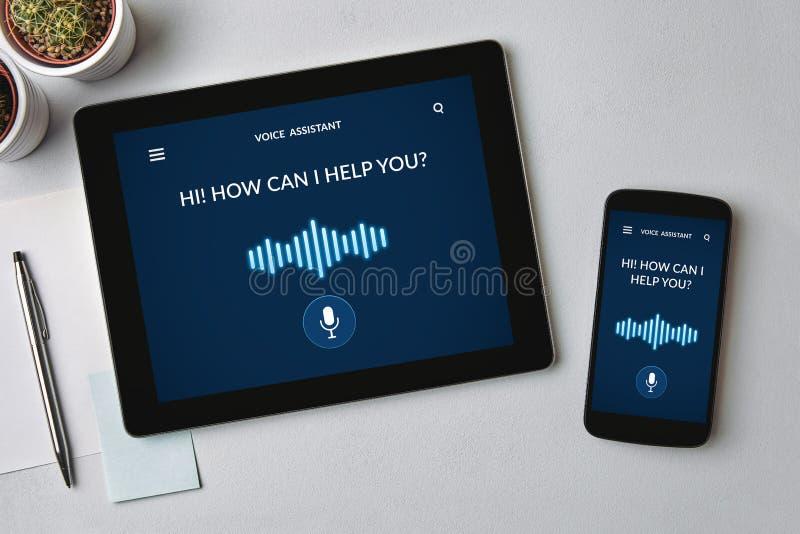 Concepto auxiliar de la voz en la tableta y la pantalla del smartphone fotografía de archivo libre de regalías