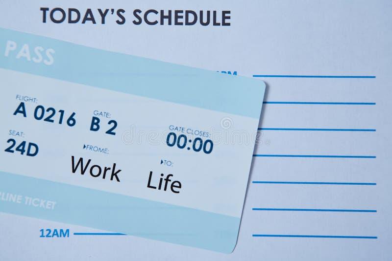 Concepto bien escogido de la balanza de la vida del trabajo embarque documento encendido la hoja del horario imagen de archivo