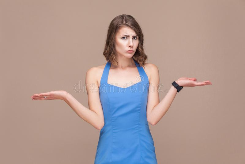Concepto bien escogido La mujer de la confusión pone el ` t conoce cuál es mejor fotos de archivo