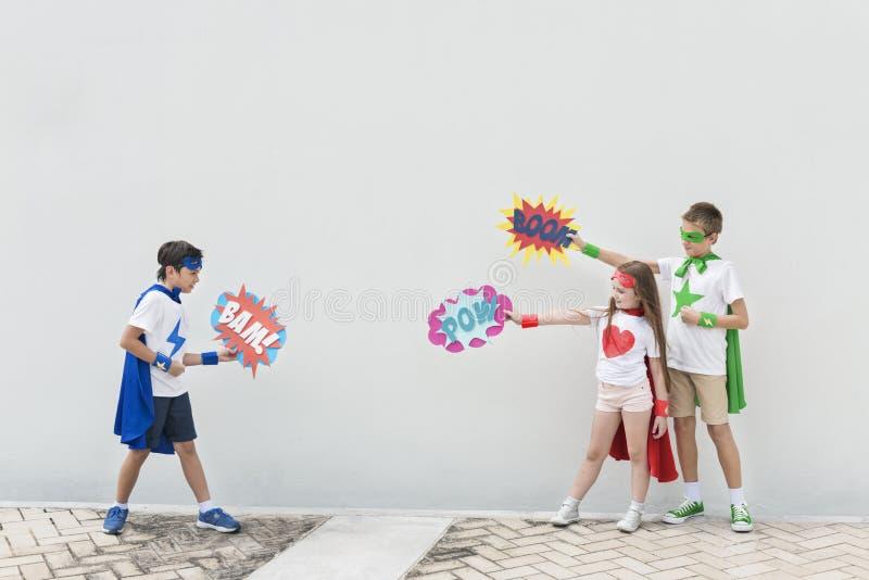 Concepto cómico de la burbuja del traje de los niños de los super héroes imagenes de archivo
