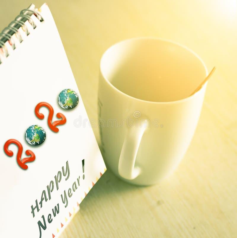 concepto 2020: calendario 2020 en la mesa fotos de archivo libres de regalías