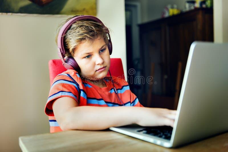 Concepto cansado deprimido agujereado del auricular del niño del aburrimiento imagenes de archivo