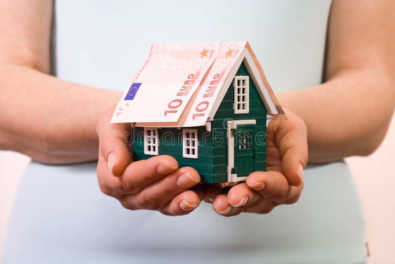 Concepto casero del seguro con los billetes de banco euro imágenes de archivo libres de regalías