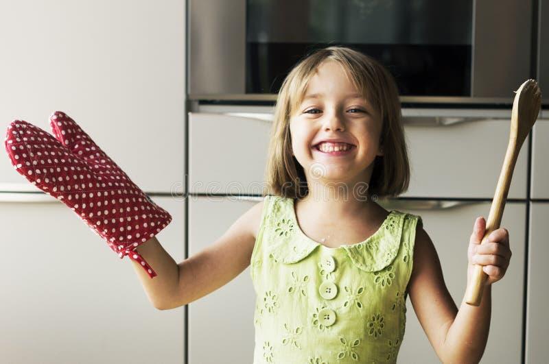 Concepto casual del ocio de la afición del niño de la niña de la cocina imagen de archivo