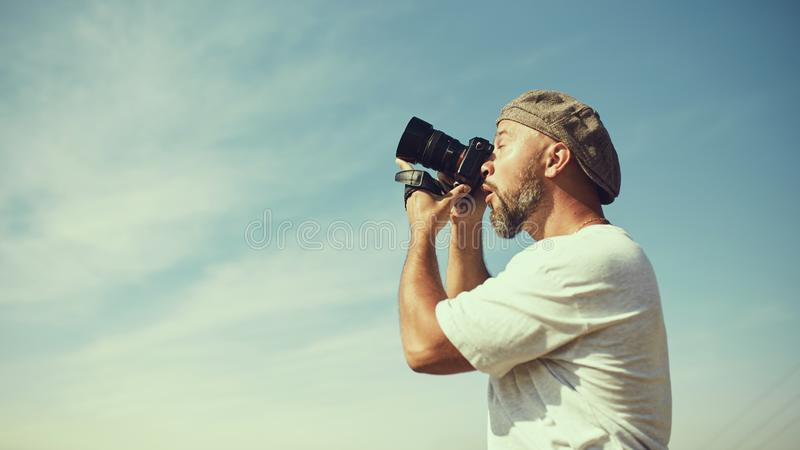 Concepto chistoso Un fotógrafo muy emocional toma imágenes algo en el aire Emoción de la sorpresa en su cara fotos de archivo libres de regalías