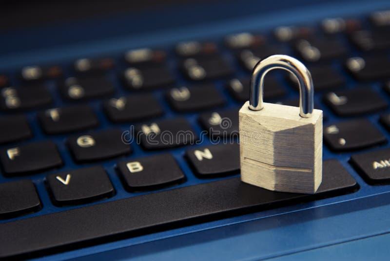 Concepto cibernético de la seguridad, candado en el teclado del ordenador portátil Apego del Internet foto de archivo