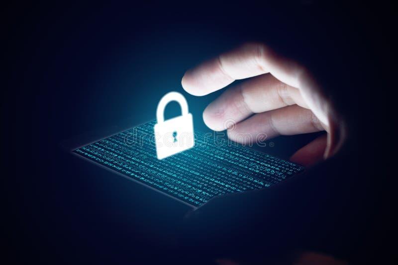 Concepto cibernético de la seguridad, red de la protección de la mano del hombre con la cerradura ic
