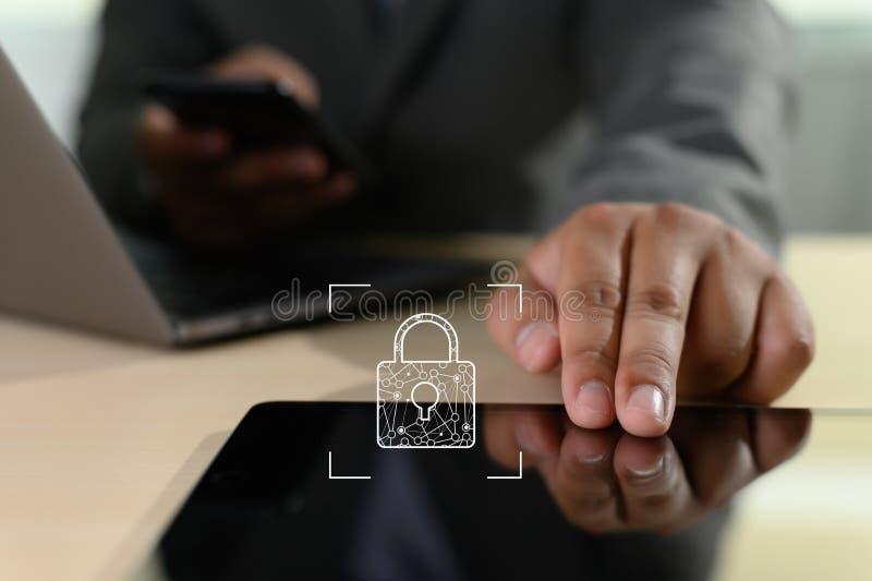 Concepto CIBERN?TICO del negocio de SEGURIDAD, de la tecnolog?a, de Internet y del establecimiento de una red Hombre de negocios  fotos de archivo libres de regalías