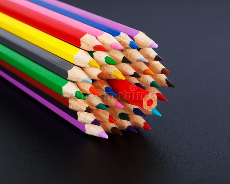 Concepto coloreado de los lápices - oposición a la mayoría imágenes de archivo libres de regalías