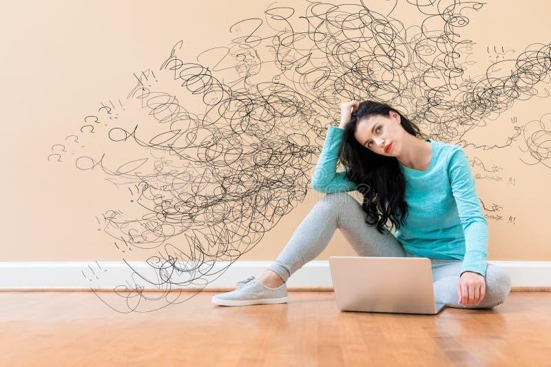 Concepto confuso con la mujer que usa un ordenador portátil fotografía de archivo libre de regalías