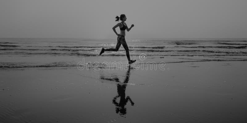 Concepto corriente del ejercicio de la mañana de la playa de la mujer imagen de archivo libre de regalías