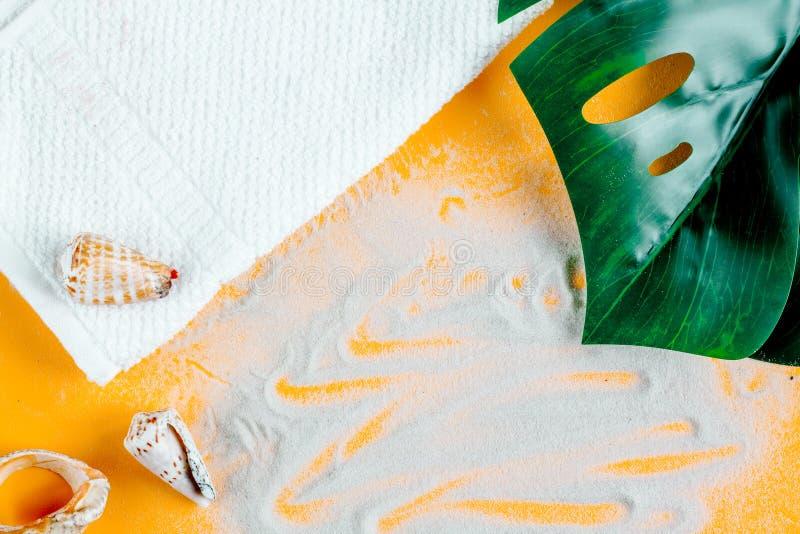 Concepto cosmético en mofa anaranjada de la opinión superior del fondo para arriba foto de archivo