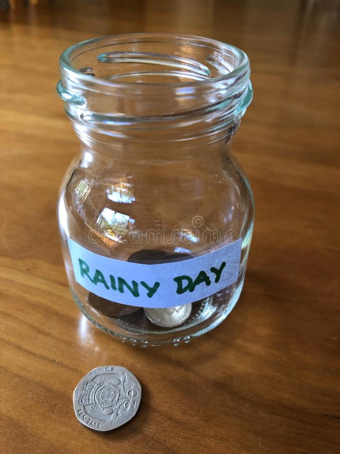 Concepto creativo, ahorrando para un día lluvioso foto de archivo