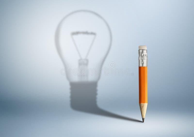 Concepto creativo de la idea, l?piz con la sombra del bulbo fotografía de archivo