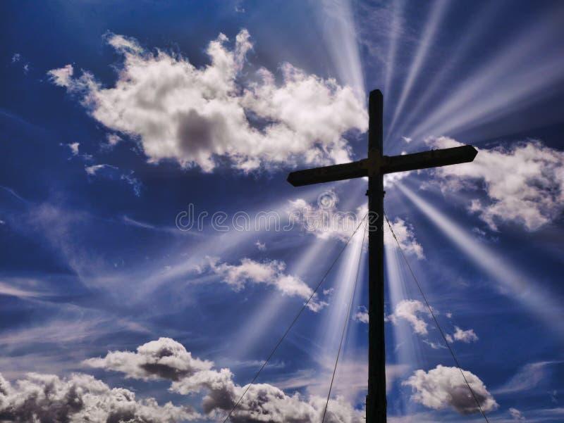 Concepto cruzado del cielo del cristianismo del símbolo del rayo de sol de la silueta fotos de archivo