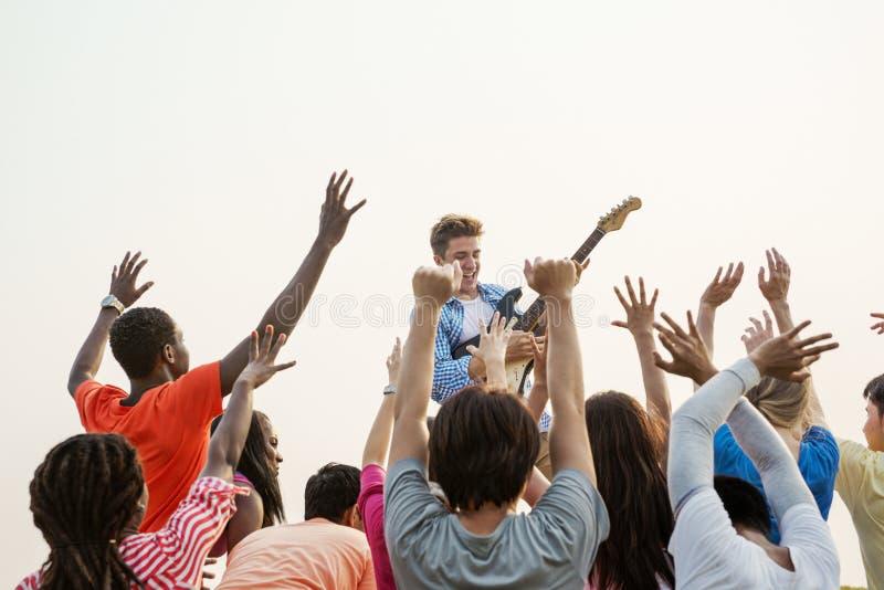 Concepto de acopio feliz alegre del grupo de la guitarra del concierto foto de archivo libre de regalías