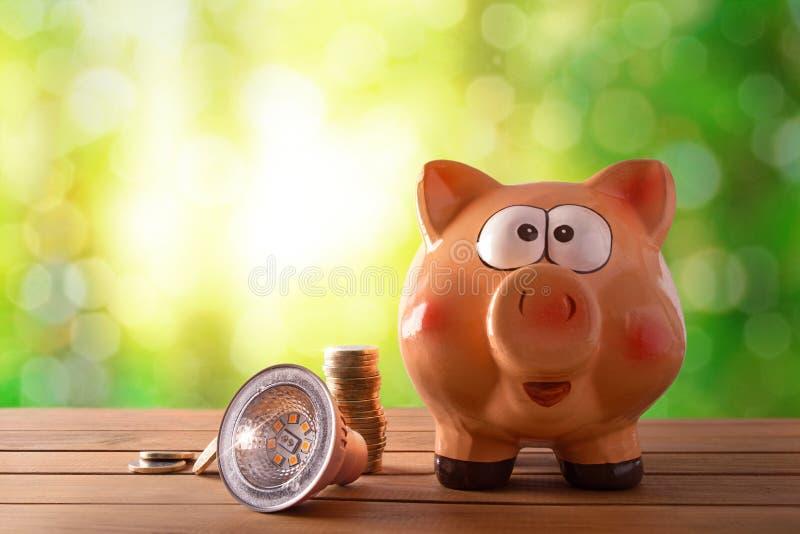 Concepto de ahorro de la energía y eficacia con el bulbo llevado foto de archivo