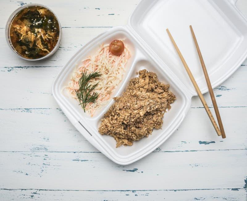 Concepto de alimentos de preparación rápida asiáticos, sopa del kimchi, arroz con el pollo, salsa de soja, wasabi, zumo de naranj fotos de archivo
