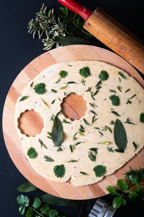 Concepto de alimentos sanos Sabores orgánicos caseros Mezcla hierbas galletas de pan corto con espacio para copias fotografía de archivo libre de regalías