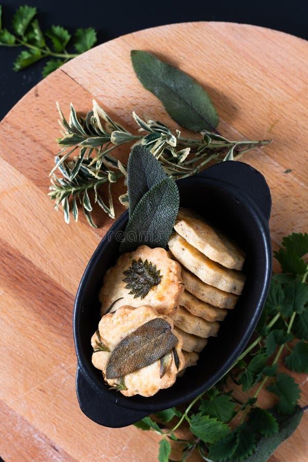 Concepto de alimentos sanos Sabores orgánicos caseros Mezcla hierbas galletas de pan corto con espacio para copias foto de archivo