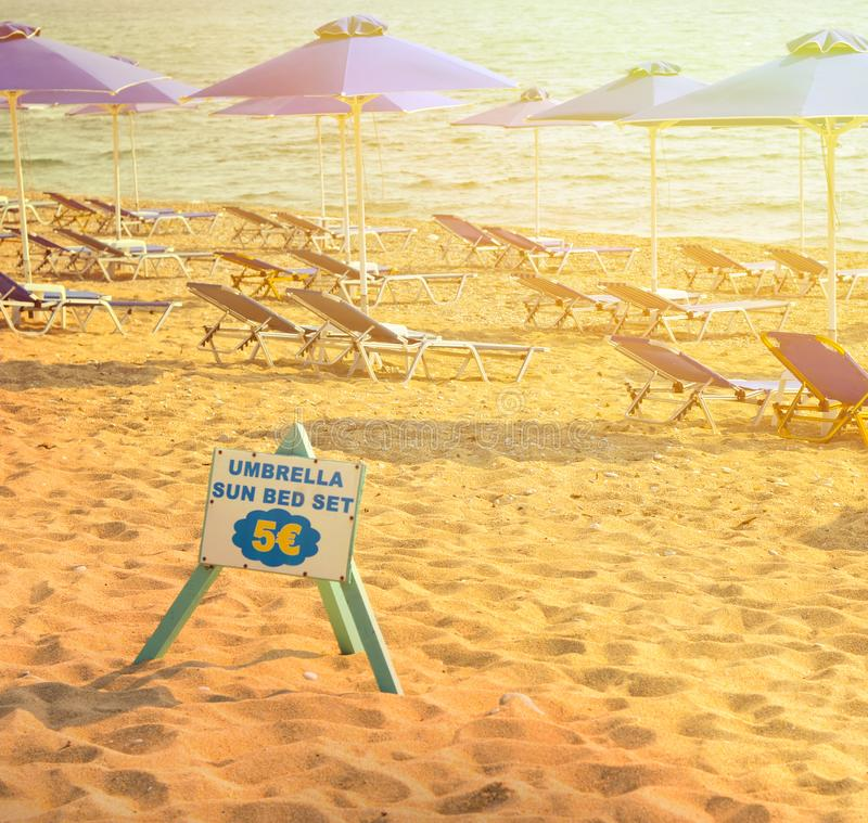 Concepto de alquiler del servicio de la playa fotos de archivo