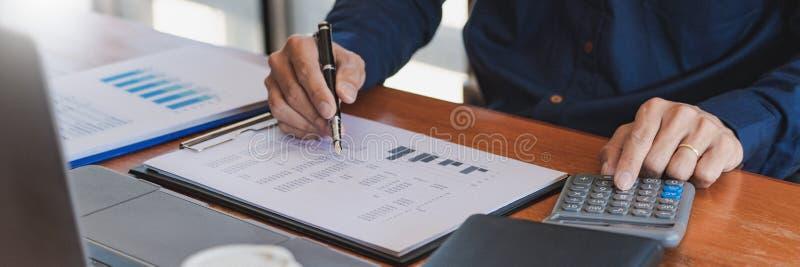 Concepto de análisis de estrategia, Businessman Working Financial Manager Research Process Accounting calcule análisis gráfico de fotos de archivo