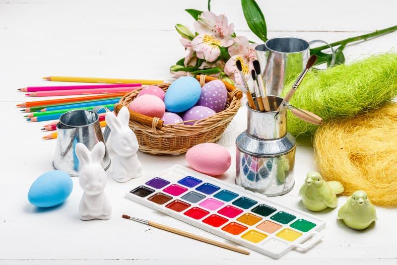 Concepto de Art Happy Easter Sunday que pinta los huevos de Pascua para el día de fiesta Pascua del festival del día de Pascua imagenes de archivo