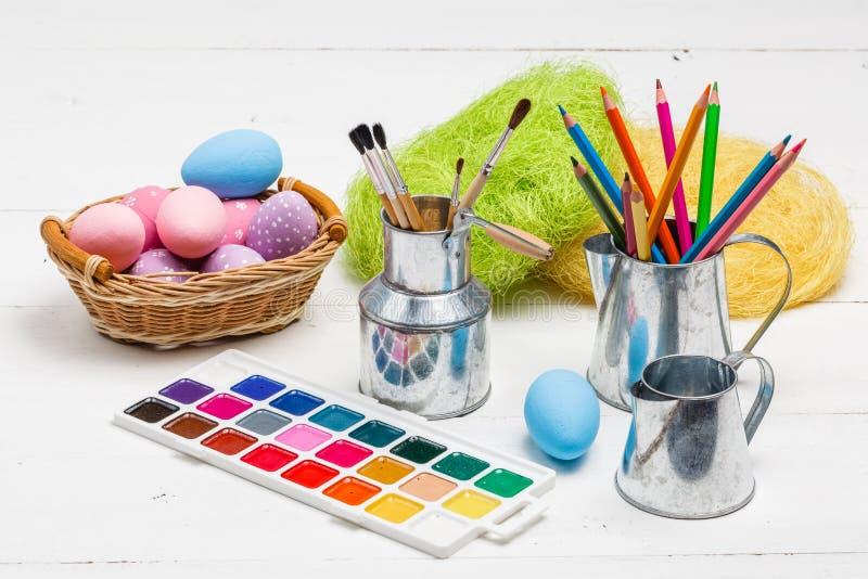 Concepto de Art Happy Easter Sunday que pinta los huevos de Pascua para el día de fiesta Pascua del festival del día de Pascua foto de archivo libre de regalías