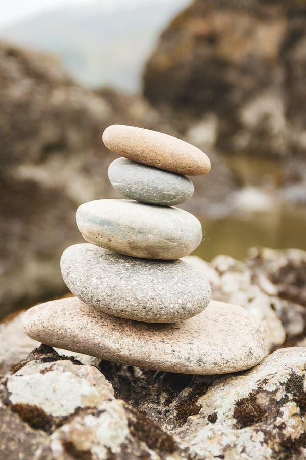 Concepto de balanza y de armonía rocas en la costa en la naturaleza fotografía de archivo