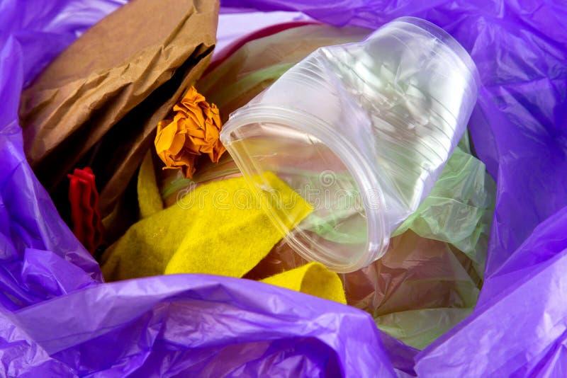 Concepto de basura y de contaminaci?n Fondo y textura de una pila de basura, taza plástica arrugada, paquetes, papel imágenes de archivo libres de regalías