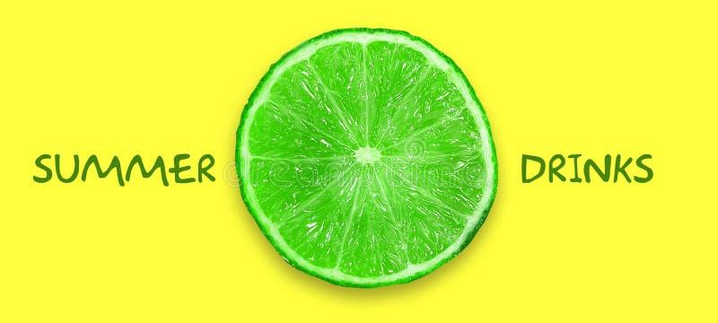 Concepto de bebidas del verano Cal cortada en un fondo amarillo brillante Copie el espacio Visi?n superior Lugar para el texto f? ilustración del vector