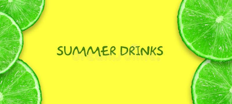 Concepto de bebidas del verano Cal cortada en un fondo amarillo brillante Copie el espacio Visi?n superior Lugar para el texto f? stock de ilustración