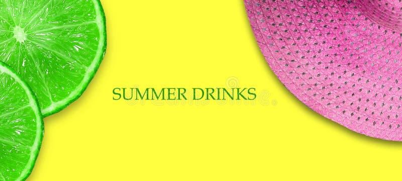 Concepto de bebidas del verano Cal cortada y sombrero rosado de la playa en un fondo amarillo brillante Copie el espacio Visi?n s libre illustration