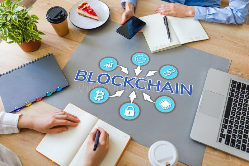 Concepto de Blockchain en la mesa de la oficina Tecnología y cryptocurrency financieros fotos de archivo libres de regalías