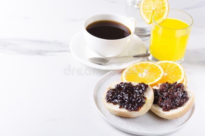 Concepto de bollo cocido breakfastFresh sabroso con el atasco, el zumo de naranja y la taza de café dulces Gran comienzo a su día fotos de archivo libres de regalías