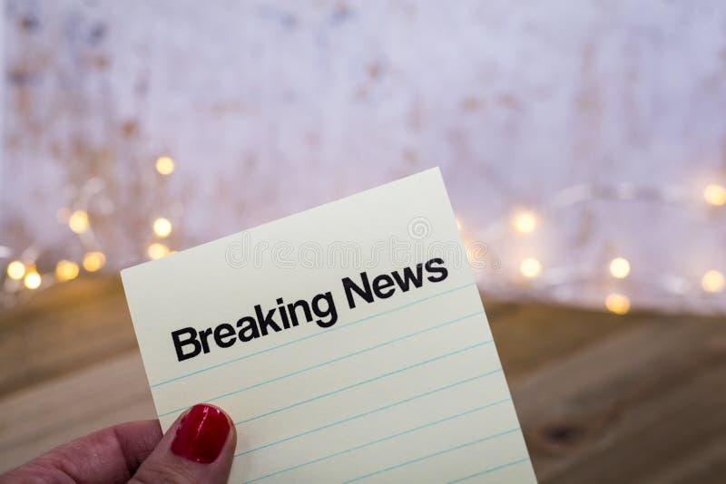 Concepto de Breaking News con palabras en papel portátil foto de archivo