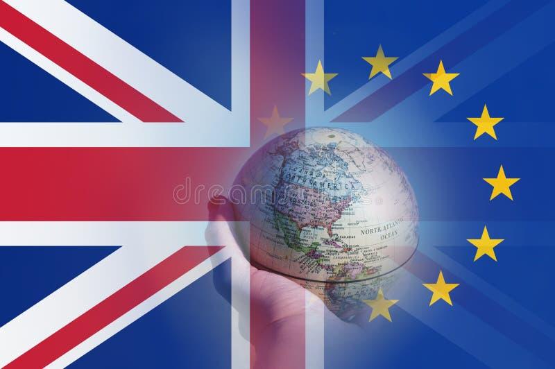 Concepto de Brexit Una mano que sostiene un globo que se centra en Norteamérica Con las banderas de Union Jack y de la E U encima libre illustration