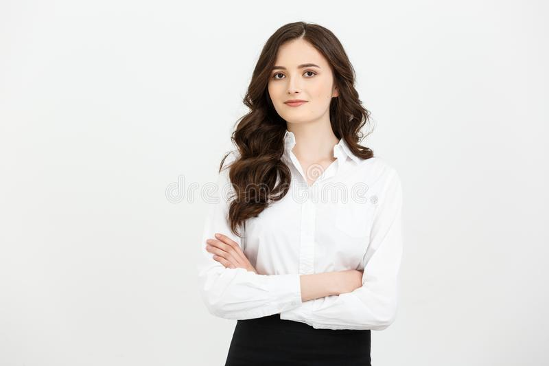 Concepto de Businss: Empresaria joven confiada del retrato que mantiene los brazos cruzados y que mira la cámara mientras que se  fotos de archivo libres de regalías