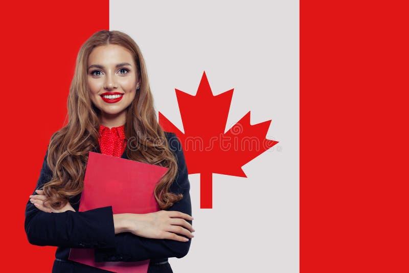Concepto de Canad? Estudiante de mujer joven con la bandera de Canad? Vivo, trabajo, educaci?n y pr?cticas en Canad? imagenes de archivo