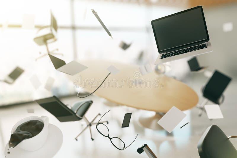 Concepto de caos en una oficina moderna, con los ordenadores del vuelo, chai fotografía de archivo