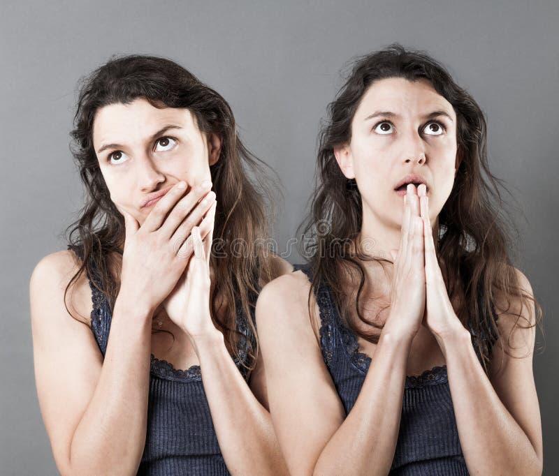 Concepto de caras femeninas duales que piensan y que ruegan para la imaginación fotos de archivo libres de regalías