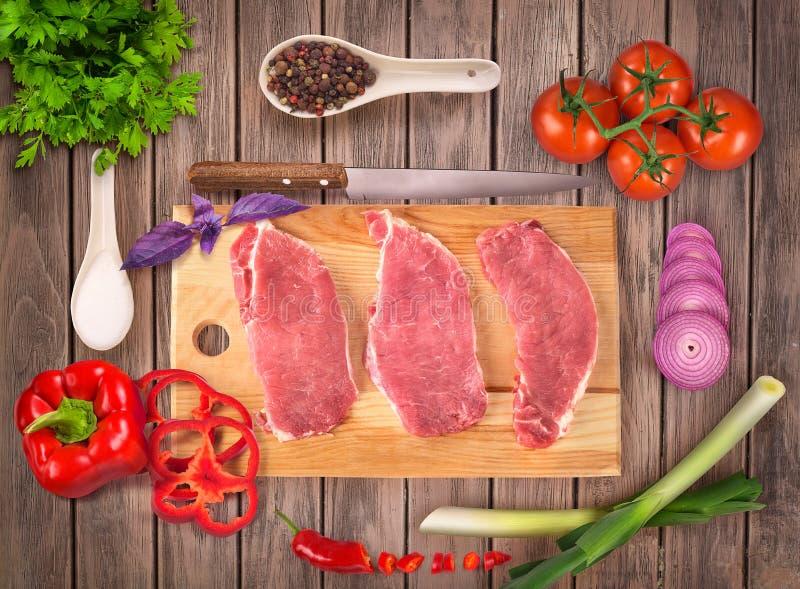 Concepto de carne con las verduras y las especias fotos de archivo