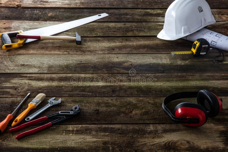 Concepto de carpintería de DIY o de mantenimiento de la casa con el material de construcción imagen de archivo
