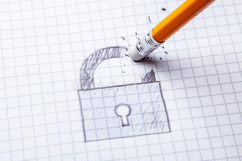 Concepto de cerradura quebrada En la hoja de papel la cerradura se dibuja y se borra con el borrador de lápiz fotos de archivo libres de regalías