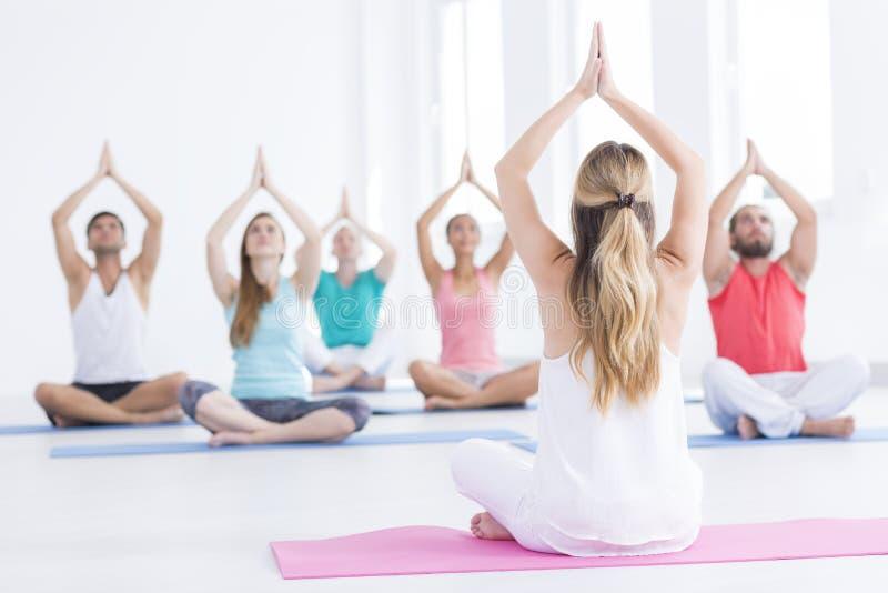 Concepto de clase de la yoga imágenes de archivo libres de regalías
