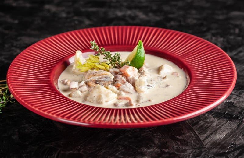 Concepto de cocina americana Sopa de patata de la sopa de almejas con el marisco, mejillones, salmones Sopa del caldo de los pesc imagenes de archivo