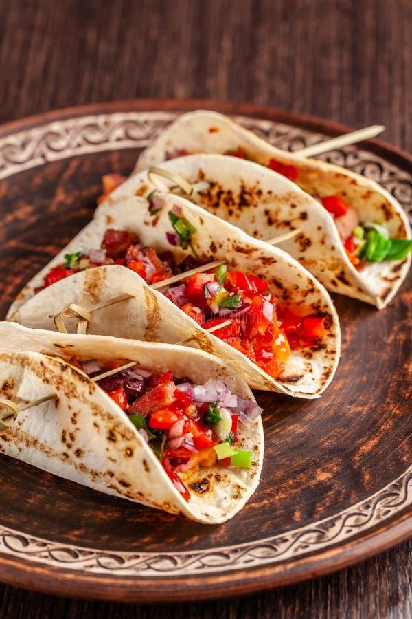 Concepto de cocina mexicana Tacos mexicanos del aperitivo con las verduras, habas, paprika, pimientas de chiles en el pan ácimo f fotos de archivo