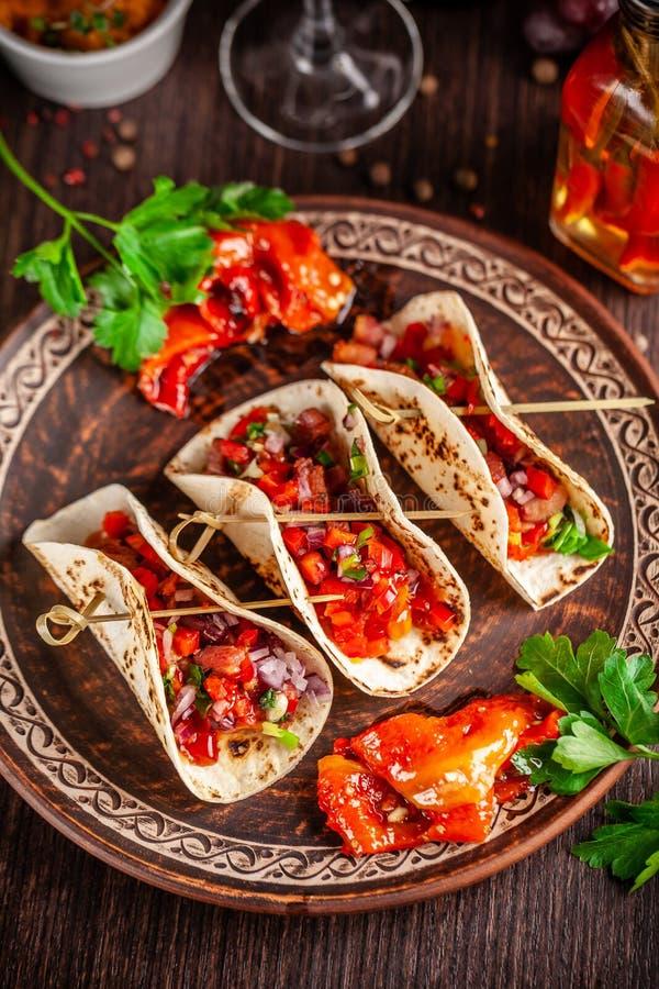 Concepto de cocina mexicana Tacos mexicanos del aperitivo con las verduras, habas, paprika, pimientas de chiles en el pan ácimo f imagen de archivo