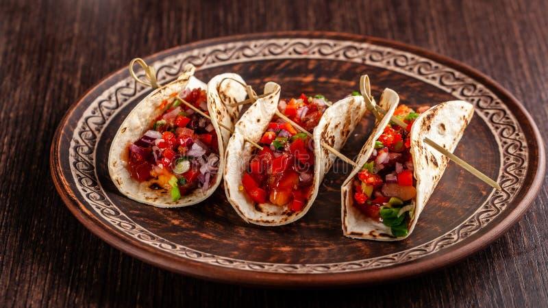 Concepto de cocina mexicana Tacos mexicanos del aperitivo con las verduras, habas, paprika, pimientas de chiles en el pan ácimo f fotografía de archivo